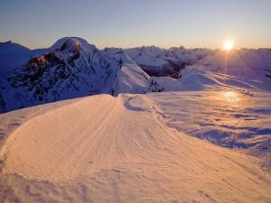 Los picos de las montañas iluminados al asomarse el sol