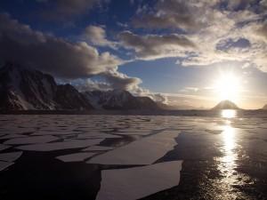 Postal: Sol de medianoche en la Antártida