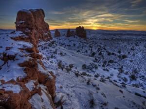 Anochecer en un bello lugar cubierto de nieve