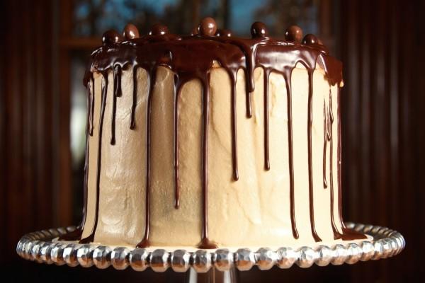 Exquisita tarta bañada con chocolate