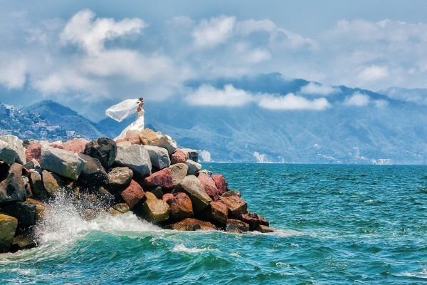 Una novia admirando el mar
