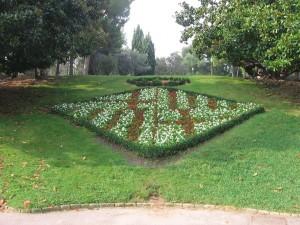 Postal: Arreglo floral con el escudo de Barcelona, en los jardines de Mossèn Cinto Verdaguer