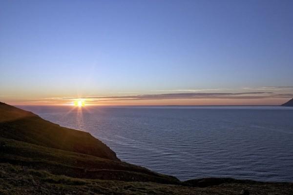 El sol ilumina el mar en Islandia