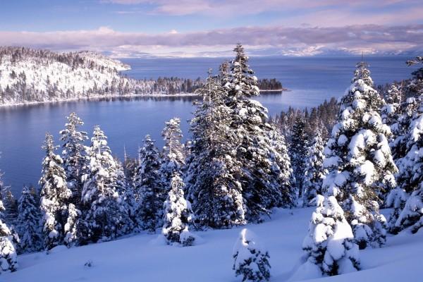 Bonito paisaje nevado junto a un gran lago