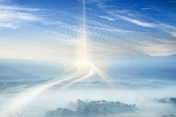 Una brillante luz hacia el cielo