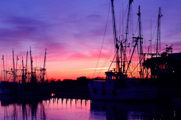 Barcos en la oscuridad al anochecer