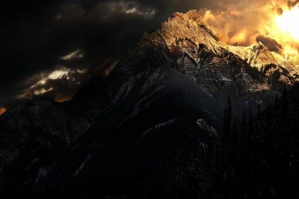 La gran montaña oscura