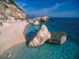 Postal: Grandes piedras en la playa y el mar