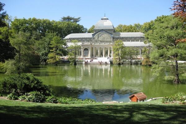 Vista del Palacio de Cristal en el Parque del Retiro (Madrid)