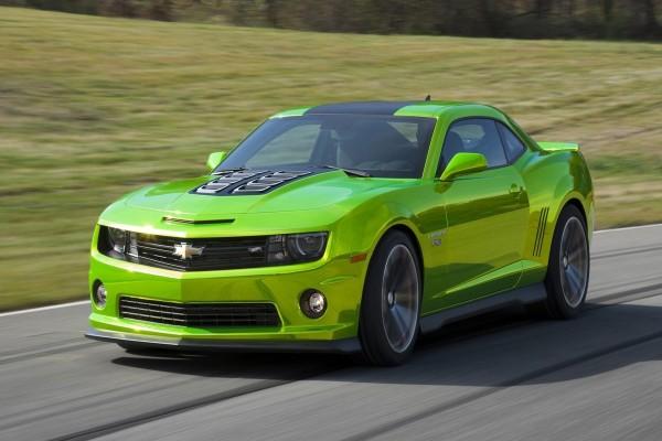 Chevrolet Camaro de color verde circulando por una carretera