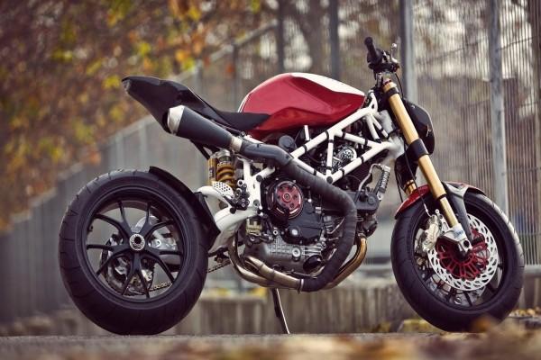 Una moto Ducati Cafe Racer