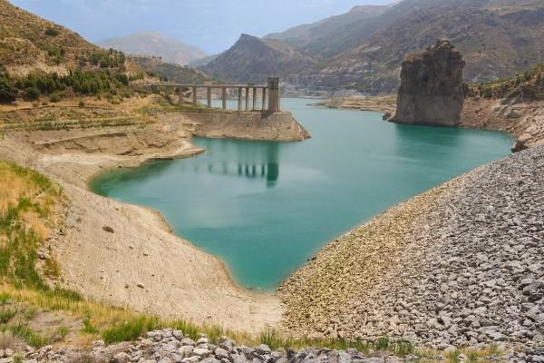 Embalse de Canales (Sierra Nevada, Andalucía, España)