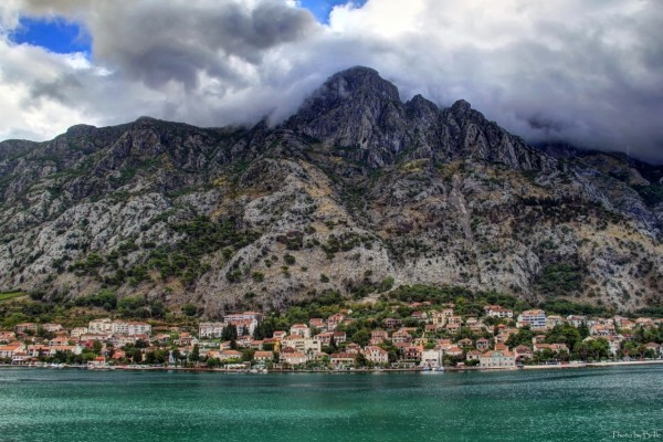 Pueblo entre montañas y agua
