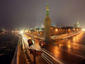 Carretera iluminada en la noche de Moscú
