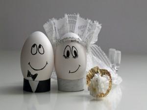 Postal: Boda sorpresa entre dos huevos