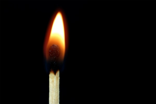 Una cerilla encendida