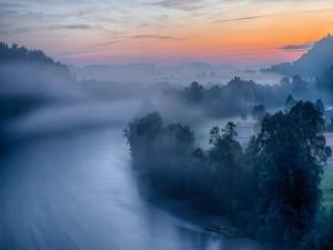Niebla sobre el río al amanecer