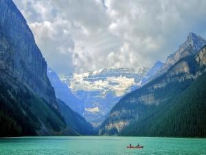 Paseando en bote en uno de los lagos del Parque Nacional Banff