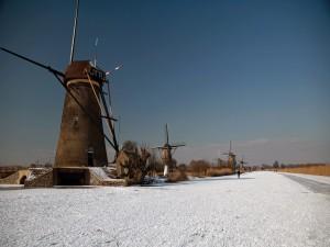 Postal: Molinos de viento junto a un canal cubierto de hielo