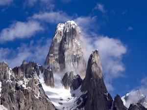 Postal: Nubes y nieve en los picos rocosos