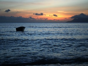 Una barca solitaria en el mar