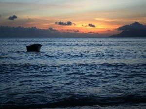 Postal: Una barca solitaria en el mar