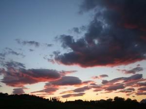 Postal: Nubes en el cielo al llegar el día