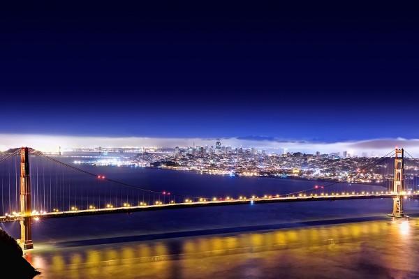 Un gran puente iluminado en la ciudad