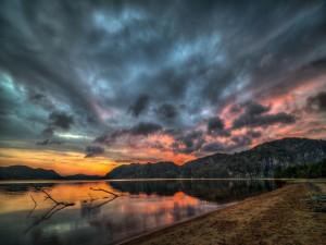 Postal: Nubes sobre el gran lago