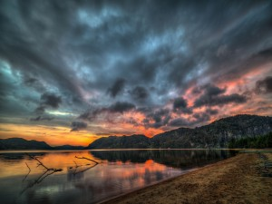 Nubes sobre el gran lago