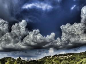 Grandes y densas nubes en el cielo