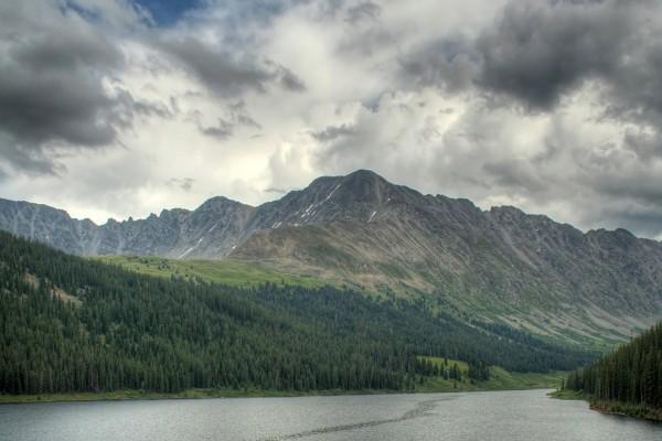 Nubes grises sobre el lago y las montañas