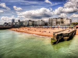 Fabulosa playa en una ciudad