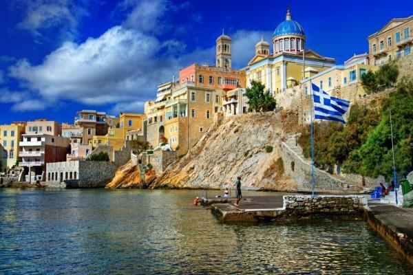 Edificios frente al mar en Grecia