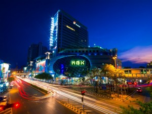Carretera iluminada en Tailandia