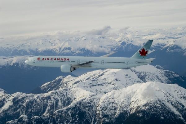 Un Boeing 777-300ER de Air Canada volando sobre las montañas