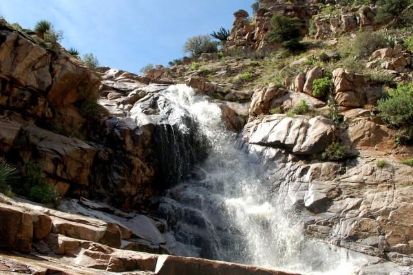 El agua de la cascada corre entre las rocas