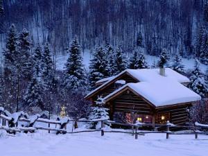 Bonita casa en un paisaje nevado al anochecer