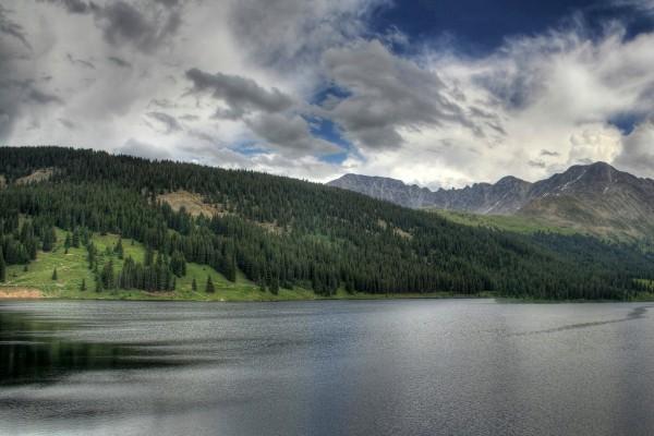 Un día gris en el lago