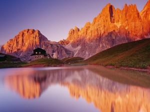 Lago junto a un refugio y montañas
