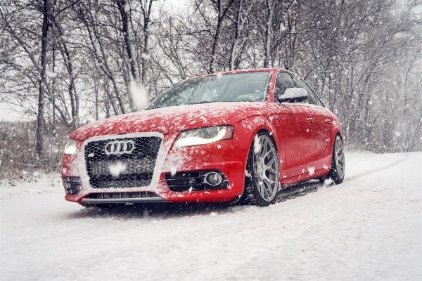 Un Audi S4 rojo bajo la nieve