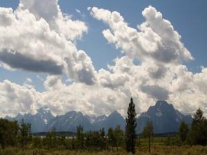 Grandes nubes sobre las montañas