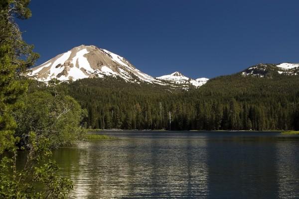 Montañas junto al lago