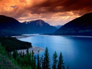 Cielo rojizo sobre las montañas y el agua