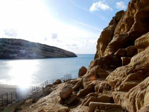Pequeño pueblo situado en las rocas junto al mar