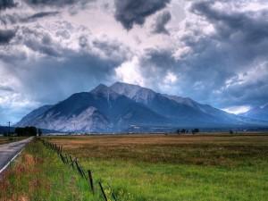 Un día gris sobre el campo y las montañas