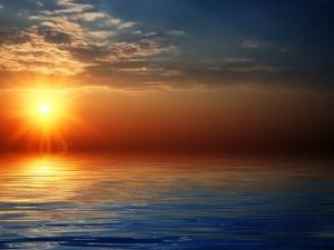 El gran sol sobre el mar al atardecer