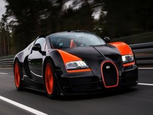 Postal: Piloto conduciendo un Bugatti Veyron Sport