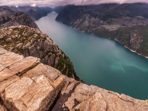 """Vistas desde la formación rocosa """"Preikestolen"""" en el fiordo de Lyse (Noruega)"""
