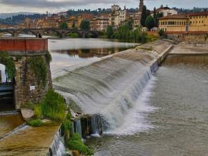 El río Arno en Florencia, Italia